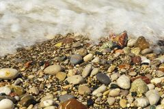 De stranden van Rhodos zijn mooi met kiezelstenen stock afbeeldingen