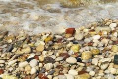 De stranden van Rhodos zijn mooi met kiezelstenen stock fotografie