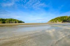 De stranden verschijnen na overzees - niveaudalingen in de ochtend stock foto