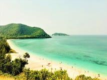 De strandmening van groene berg Mooie landschapsmening van overzeese mening royalty-vrije stock foto's