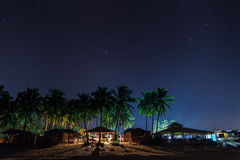 De strandrestaurants onder de nachthemel royalty-vrije stock foto's
