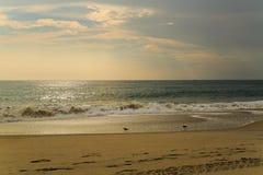 De strandscène zeurt binnen Hoofdnc-zonsopgang op een duidelijke blauwe dag Stock Afbeelding