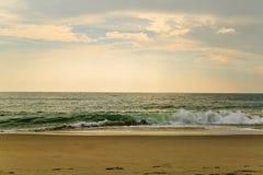 De strandscène zeurt binnen Hoofdnc-zonsopgang op een duidelijke blauwe dag Royalty-vrije Stock Afbeeldingen