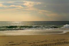 De strandscène zeurt binnen Hoofdnc-zonsopgang op een duidelijke blauwe dag Stock Foto's