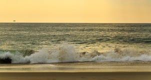 De strandscène zeurt binnen Hoofdnc-zonsopgang op een duidelijke blauwe dag Royalty-vrije Stock Foto's