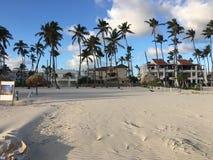 De strandvoorzijde van nu Larimar-toevlucht in de Dominicaanse Republiek van Punta Cana Mooi wit zand royalty-vrije stock foto's