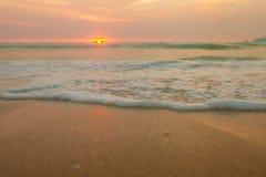 De strandzonsondergang in Thailand stock afbeelding