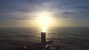 De strandzonsopgang en het heilige Christelijke kruis van de overzeese horizon, geloof zijn vrijheid stock videobeelden