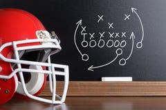 De strategie van het voetbalspel op een schoolbord te voorschijn dat wordt gehaald dat Royalty-vrije Stock Afbeeldingen