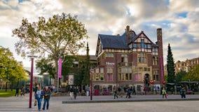 De straten van Amsterdam met mensen en Moco-museum die lopen stock afbeeldingen