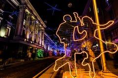 De straten van Bolshayadmitrovka werden verfraaid met flikkerende discoballen en lichte beeldhouwwerken Stock Foto's