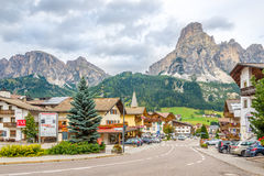 In de straten van Corvara-stad - Dolomiet van Italië Royalty-vrije Stock Afbeeldingen