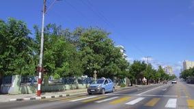 De straten van Havana met heldere kleuren en Cubaanse levensstijl in zonnige dag - Cuba stock videobeelden