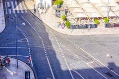 De straten van Lissabon met hun tramsporen - LISSABON - PORTUGAL - JUNI 17, 2017 Royalty-vrije Stock Foto's