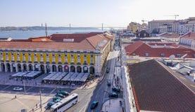 De straten van Lissabon met hun tramsporen - LISSABON - PORTUGAL - JUNI 17, 2017 Stock Afbeeldingen