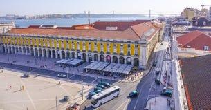 De straten van Lissabon met hun tramsporen - LISSABON - PORTUGAL - JUNI 17, 2017 Stock Afbeelding