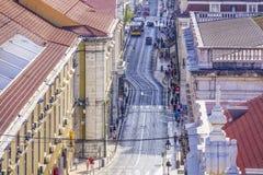 De straten van Lissabon met hun tramsporen - LISSABON - PORTUGAL - JUNI 17, 2017 Stock Foto's