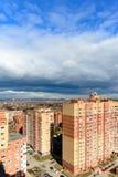 De straten van Moskou en woningbouw op een de zomerdag Dramatische Hemel royalty-vrije stock afbeeldingen