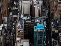 De straten van New York van met architectuur en gele taxi hierboven worden gezien die stock foto's