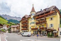 In de straten van Selva Val Gardena in Dolomiet van Italië Stock Foto