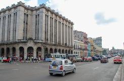 De straten van de stadscuba van Havana, mensen, auto's royalty-vrije stock afbeeldingen