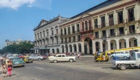 De straten van de stadscuba van Havana, mensen, auto's royalty-vrije stock fotografie