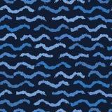 De strepen naadloos patroon van de indigo blauw hand getrokken golvend krabbel De schetsmatige organische vectorillustratie van d stock illustratie