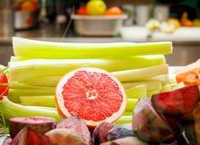 De strepen van selderiepeulen Rode gesneden grapefruit Stock Foto