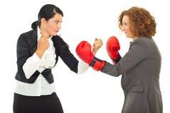 De strijd van de bedrijfs concurrentie vrouwen Stock Fotografie