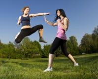 De strijd van de karate tussen jonge meisjes royalty-vrije stock afbeelding