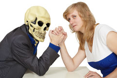 De strijd van de vrouw tegen dood op wit Stock Afbeeldingen