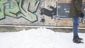 De Strijd van de de wintersneeuwbal Jonge die mens twee met sneeuwballen wordt gespeeld stock video