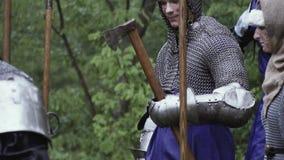 De strijder in chainmail houdt een bijl, leger in de bos, middeleeuwse slag stock footage