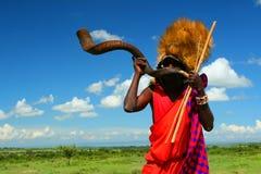 De strijder die van Masai traditionele hoorn speelt Royalty-vrije Stock Foto