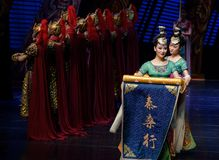 De strijder en de meisje-tweede handeling: een feest in de van het paleis-heldendicht de Zijdeprinses ` dansdrama ` stock fotografie