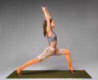 De strijder stelt yoga Stock Foto's