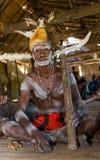 De strijder van de Asmatstam met boog en pijl Stock Fotografie