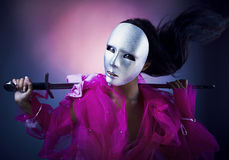 De strijder van de vrouw in een zilveren masker met een zwaard Royalty-vrije Stock Afbeeldingen