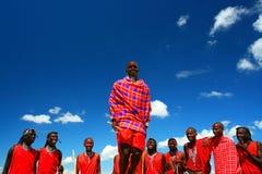 De strijder van Masai het dansen traditionele dans stock afbeelding
