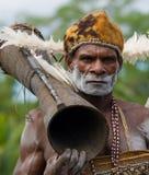De strijder van portretasmat met een stammen rituele trommel Stock Foto's