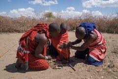De strijders die van Masai brand maken stock afbeeldingen