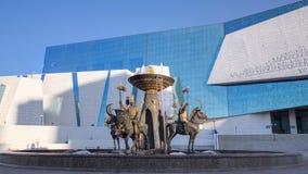 De strijders van fonteinsak bij het Nationale Museum van Republiek Kazachstan timelapse hyperlapse in Astana stock video