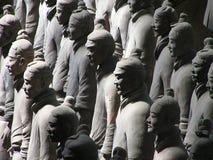 De strijders van het terracotta in een rij Stock Fotografie