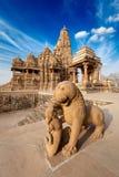 De strijdstandbeeld van de koning en van de leeuw en tempel Kandariya stock afbeeldingen