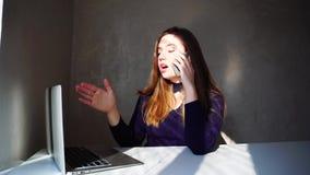De strikte werkgever roept secretaresse door telefoon en het vertellen baanverantwoordelijkheden stock videobeelden