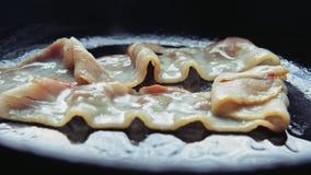 De stroken braadden bacon in een pan wordt gebraden die stock videobeelden