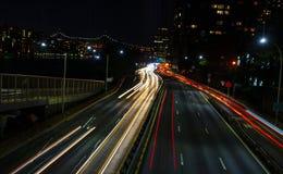 De stroken van autolichten van licht aan de kant van het oosten van wegmanhattan met royalty-vrije stock foto's