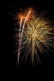 De stroken van het vuurwerk in de nachthemel stock afbeelding
