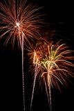 De stroken van het vuurwerk in de nachthemel royalty-vrije stock fotografie