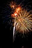 De stroken van het vuurwerk in de nachthemel royalty-vrije stock afbeeldingen